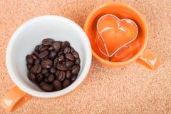 Filiżanki kawy fasola i ciastko krajacz Obrazy Royalty Free