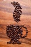 Filiżanki kawy fasole na drewnianym tle Zdjęcie Royalty Free