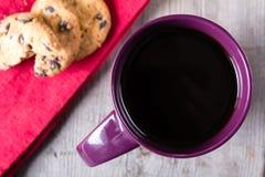 Filiżanki kawy i ciastek czerwona pielucha na popielatym drewnianym stole Zdjęcia Stock