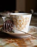 Filiżanki kawy i czekolady candie Obrazy Royalty Free