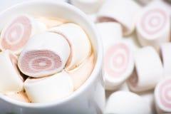 Filiżanki Kawy i karmelu marshmallow Zdjęcia Royalty Free