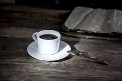 Filiżanki kawy i rocznika fotografie na starym drewnianym stole Obrazy Stock