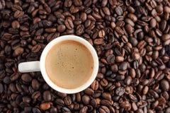 filiżanki kawy kawa espresso na kawowych fasoli tle Odgórny widok Obrazy Stock
