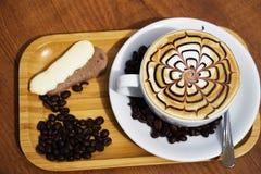 Filiżanki kawy sztuki cappuccino lub latte Fotografia Stock