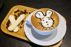 Filiżanki kawy sztuki cappuccino lub latte Zdjęcia Royalty Free
