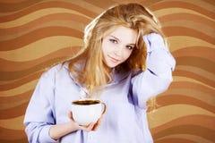 filiżanki koszula kobieta Fotografia Royalty Free