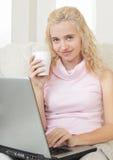 filiżanki laptopu kobiety potomstwa Zdjęcie Stock