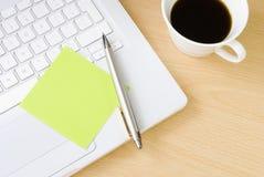 filiżanki laptopu notatki pióra postit Zdjęcie Royalty Free