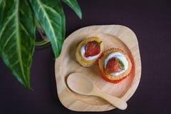 Filiżanki tortowa truskawka i vol au odpowietrzamy truskawki Fotografia Stock