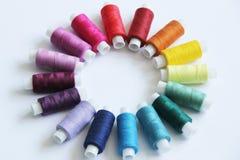 Fili colorati di cucito immagini stock libere da diritti