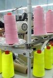 Fili colorati nell'industria dell'abbigliamento immagine stock libera da diritti