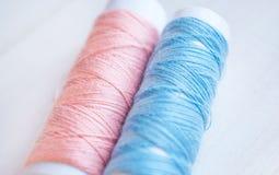 Fili colorati per i tessuti e la decorazione Fotografia Stock Libera da Diritti