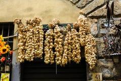 Fili di aglio sulla vecchia parete Immagini Stock