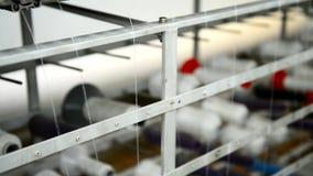 Fili sulla macchina per la fabbricazione dei tessuti alla fabbrica dell'indumento video d archivio