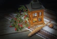 Fili, un ramo di rosa selvaggio e lanterna Il concetto della b Fotografia Stock
