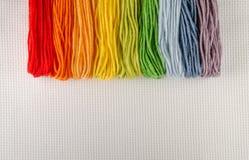 Fili variopinti del cotone per ricamo su tela Fotografie Stock Libere da Diritti