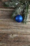 Filial av julgranen med bollar på träbakgrund Royaltyfri Fotografi
