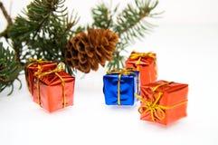 Filial da árvore e dos presentes de Natal Fotografia de Stock Royalty Free