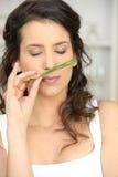 Filial de cheiro das cebolas da mulher fotos de stock royalty free
