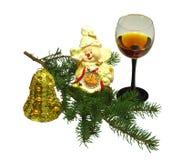 Filial do abeto, vidro de vinho e brinquedos de ano novo Foto de Stock