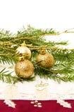 Filial e decorações de árvore do pinho do Natal Fotografia de Stock Royalty Free