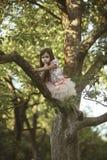 Filial för barnklättringträd i sommarträdgård, hemlighet eller tystnad Royaltyfria Bilder