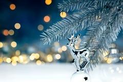 Filial för julgranträd med garnering på suddig festlig lig royaltyfria bilder