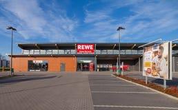 Filiale de la chaîne de supermarchés allemande, REWE Image stock