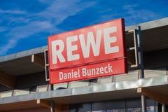 Filiale de la chaîne de supermarchés allemande, REWE Photos stock