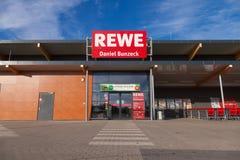 Filiale de la chaîne de supermarchés allemande, REWE Photo libre de droits