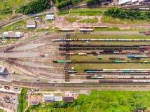 Filialer av järnvägen på bangården, många fraktvagnar från höjden royaltyfri fotografi