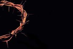 Filialer av taggar som vävas in i en krona som visar korsfästelsen Arkivbild