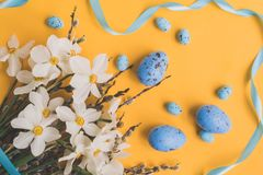 Filialer för pil för påskägg och vita påskliljor fotografering för bildbyråer