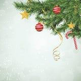 Filiali sempreverdi dell'albero di Natale con gli ornamenti Immagini Stock