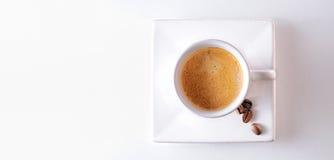 Filiżanka i kawowe fasole na stołowym odgórnym widoku Obrazy Stock