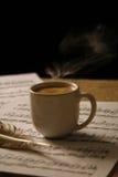 Filiżanka kawy na muzycznym wyniku Zdjęcia Royalty Free