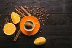 Filiżanka z pomarańczową owoc Zdjęcia Stock