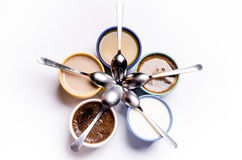 Filiżanki kawy, mleko, sok, cappuccino pojedynczy białe tło kolorowe kubki Szkła umieszczający w okręgu Energetyczny backgro Fotografia Royalty Free