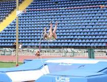 Filina Victoria compite en la competición del salto con pértiga Foto de archivo libre de regalías