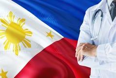 Filipińczyk Doktorska pozycja z stetoskopem na Filipiny flagi tle Krajowy system opieki zdrowotnej poj?cie, medyczny temat obraz stock