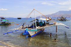 Filipińska łódź rybacka i dzieci Zdjęcia Stock