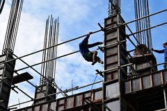 Filipińskiego budowa mężczyzna wspinaczkowy puszek używać rusztowanie drymby na wieżowu Obraz Royalty Free