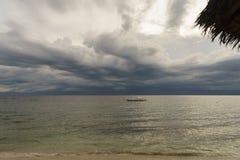 Filipińskiego drewnianego łódkowatego czekania tropikalna burza na powierzchnia spokoju se Obrazy Stock