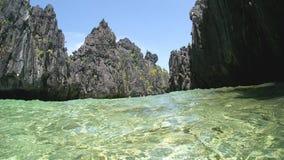 Filipińskiego morza falezy wzrastają up w jasnego niebieskie niebo Fotografia Royalty Free