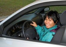 Filipijnse Vrouw in de Zetel van de Bestuurder Stock Foto's
