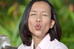 Filipina Female Kissing joven foto de archivo