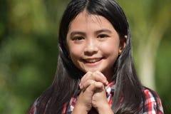 Filipina Girl Child In Prayer bonito imagem de stock royalty free