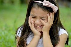 Filipina Girl mignon pleurant image stock