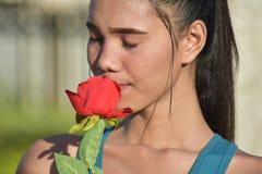 Filipina Person With Smelling Roses giovanile immagini stock