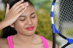 Filipina Tennis Player With Headache desportivo com raquete de tênis imagem de stock